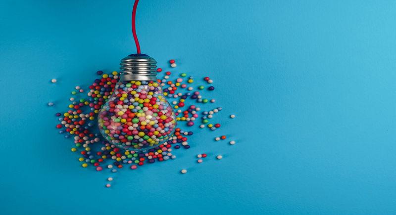lampadina piena di palline colorate
