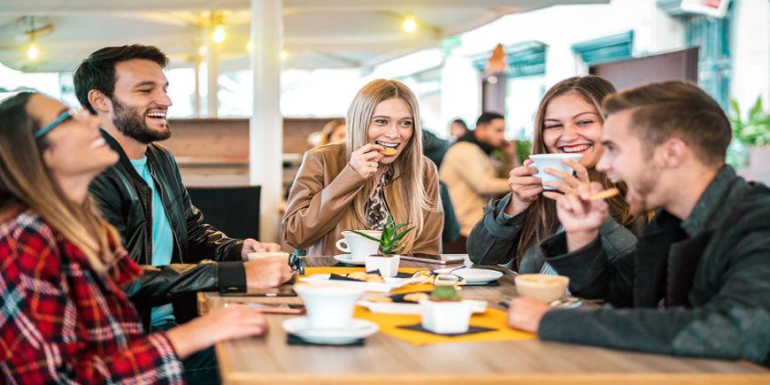 amici che bevono caffè intorno a un tavolo